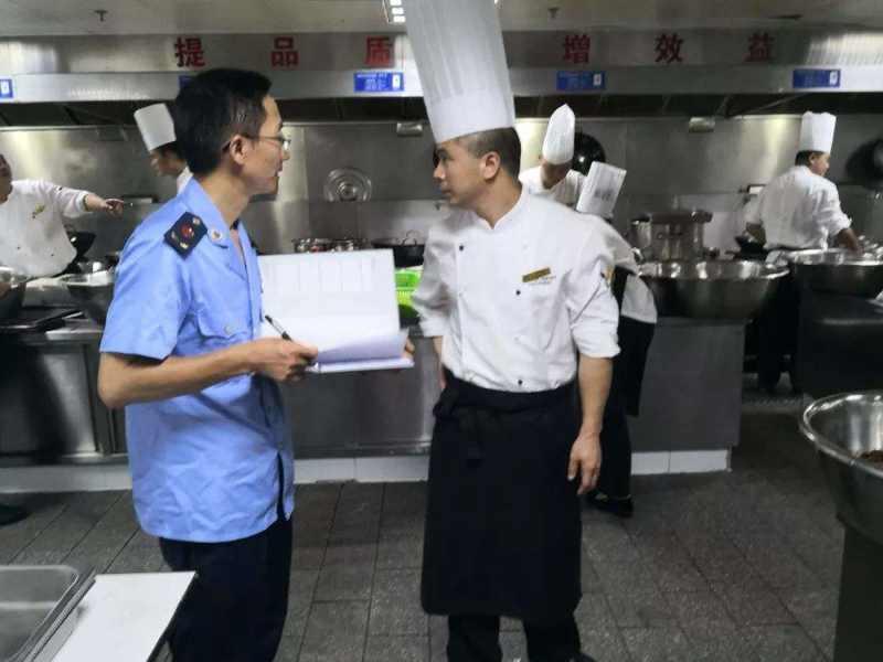 稽查人员依规对该处四家餐馆开展了查验。