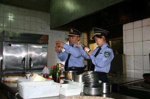 稽查人员检查安装餐饮油烟净化器不可避免